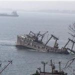 Hektrawler zinkt in baai bij Chili